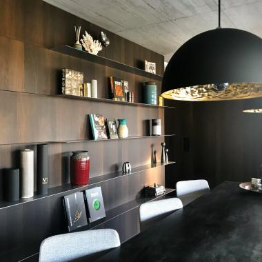Boiserie zona living con mensole in metallo