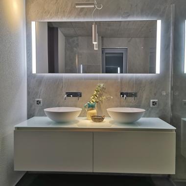 Mobile bagno laccato con cassettoni estraibili