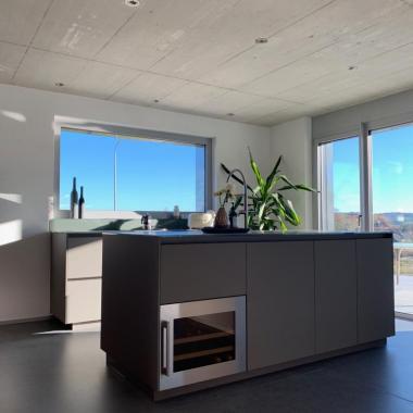 Cucina laccata con piano in vetro