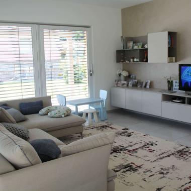 Mobile tv con divano in tessuto