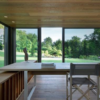 Tavolo di design in villa con giardino